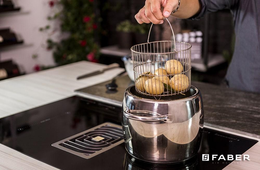 La ricetta per preparare le Patate con panna acida e caviale di Andrea Mainardi - Faber