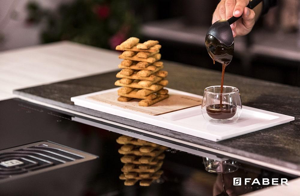 La ricetta per preparare i biscotti sabbiosi con salsa mou di Andrea Mainardi