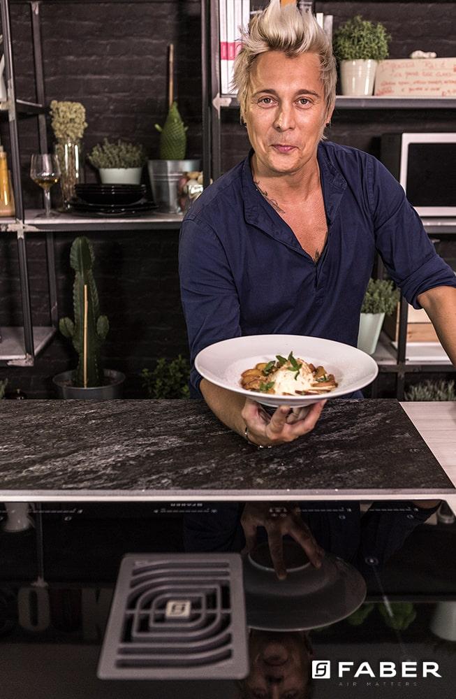 La preparazione della zuppa di pesche caramellate - Faber Mainardi