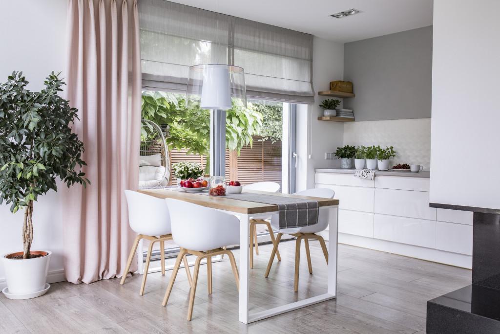 Tende da cucina – Tipologie di tendaggi, tessuti e colori. Tutto quello che devi sapere per scegliere il modello perfetto per la tua cucina.